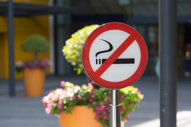 Zakaz palenia znak z bokeh tłem