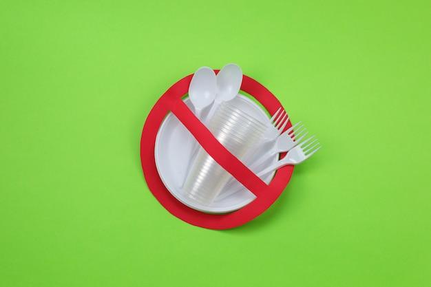 Zakaz używania czerwonego symbolu z plastikowymi naczyniami. koncepcja ochrony środowiska.