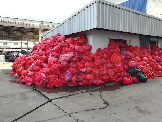 Zakaźne odpady od pacjenta z covid 19 w czerwonej plastikowej torbie