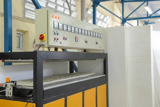 Zakład do produkcji płyt warstwowych ze styropianu