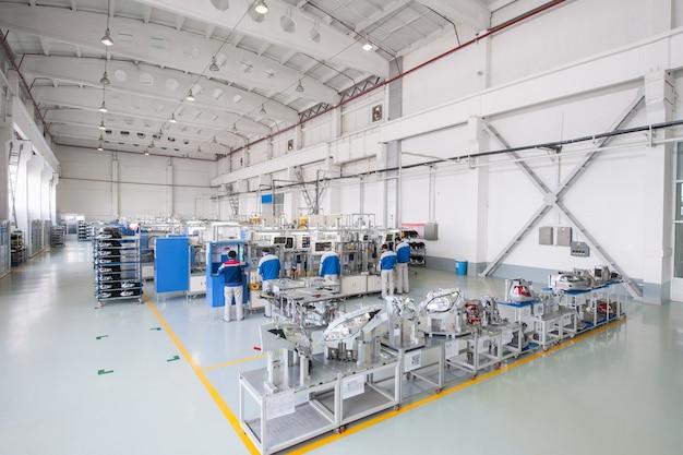 Zakład produkcji i montażu reflektorów samochodowych pracownicy wykonujący części samochodowe