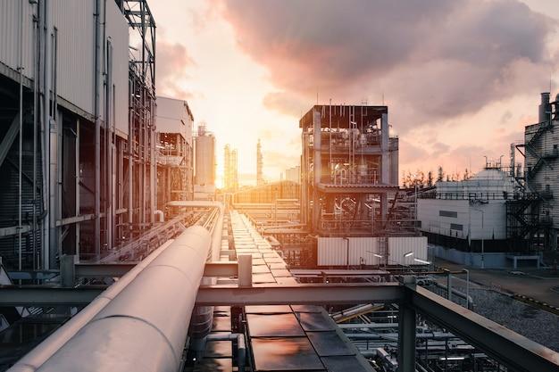 Zakład przemysłowy o zachodzie słońca