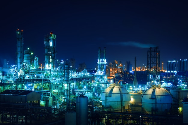 Zakład przemysłowy ropy naftowej w nocy