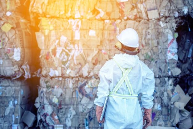 Zakład przetwarzania odpadów. proces technologiczny butelek plastikowych w fabryce do przetwarzania i recyklingu. pracownik fabryki recyklingu, inżynierowie są nieostrzy lub rozmazani.