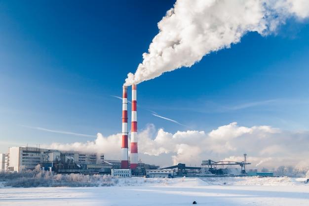 Zakład przetwórstwa węgla. dym z rur zanieczyszcza atmosferę miasta.