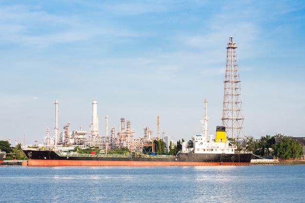 Zakład rafinerii ropy naftowej z tankowcem
