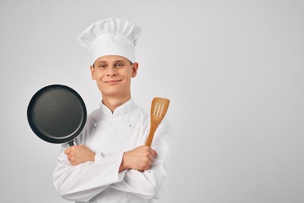 Zakład szefa kuchni z brodą w dłoniach naczynia kuchenne profesjonalna restauracja