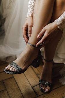 Zakładanie delikatnych szarych butów z brokatem