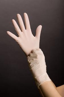 Zakładanie lateksowych rękawiczek