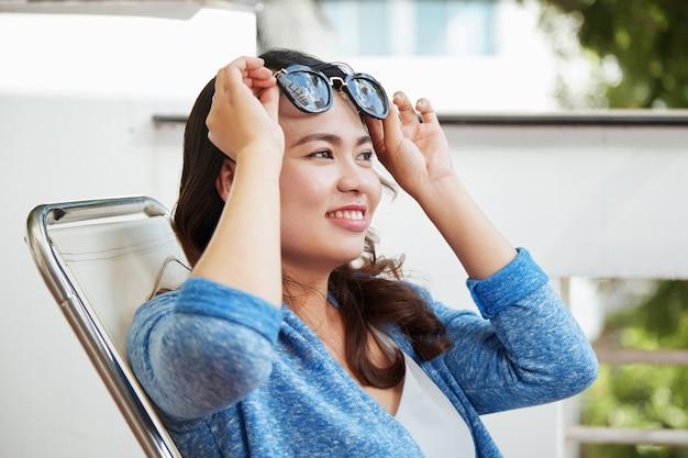 Zakładanie okularów przeciwsłonecznych