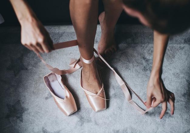 Zakładanie różowych baletek