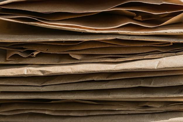 Zakleszczony papier do pakowania wielokrotnego użytku gotowy do recyklingu. tło z makulatury.