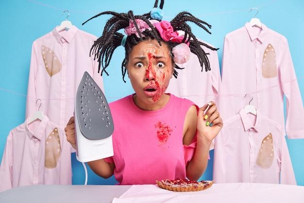 Zakłopotana emocjonalnie kobieta z warkoczami ma brudną twarz