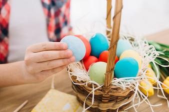Zakończenie dziewczyny ręka trzyma błękitnego Easter jajko