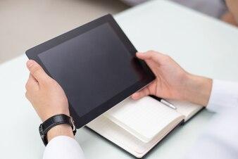 Zakończenie samiec wręcza używać cyfrową pastylkę w biurze