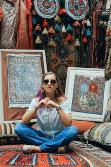 Zakochana para idzie i ściska się na wschodnim rynku dywanów.