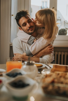 Zakochana para je śniadanie wcześnie rano w kuchni w domu i dobrze się bawi.