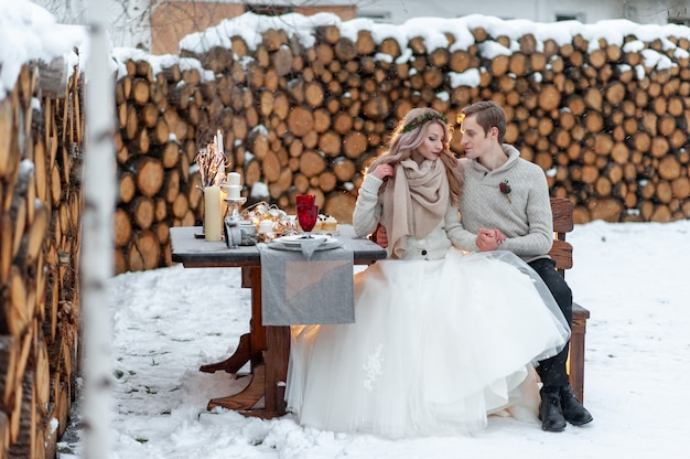 Zakochana para ogrzewa się nawzajem. zimowe wesele. zakończenie portret piękni nowożeńcy.