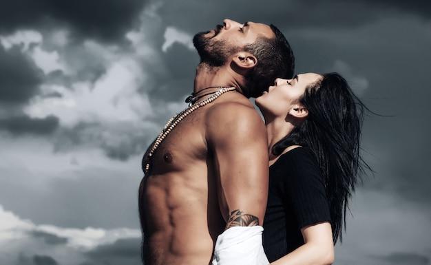 Zakochana para pasji. romantyczny moment zmysłowych kochanków.