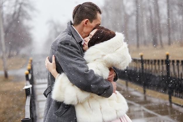 Zakochana para przytula i całuje jesienią