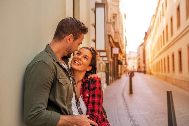 Zakochana para przytulająca się w mieście