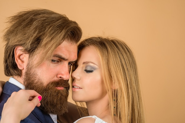 Zakochana para relacji przytula portret młodej pary obejmującej kobietę i mężczyznę zbliżenie przetargu