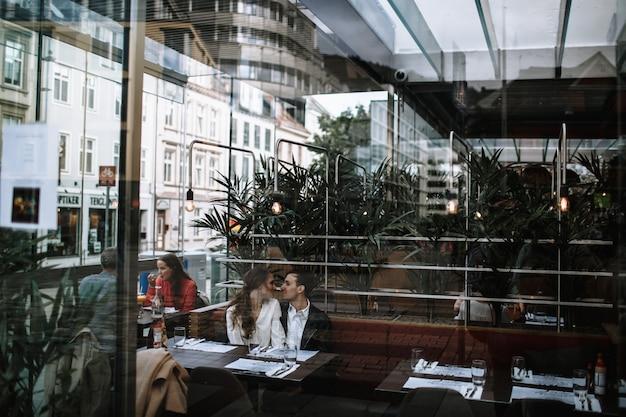 Zakochana para siedzi w kawiarni