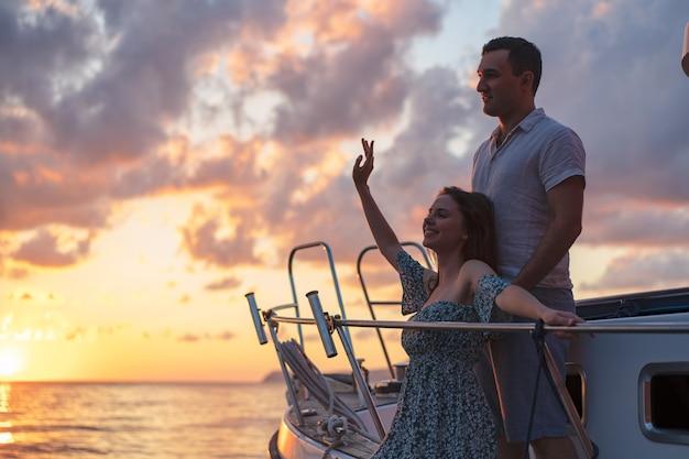 Zakochana para spędzająca czas na jachcie nad morzem