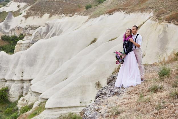Zakochana para spotyka świt w naturze, mężczyznę i kobietę
