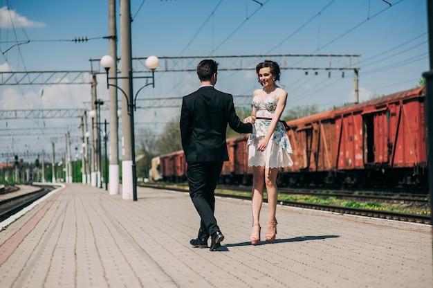 Zakochana para, stacja kolejowa