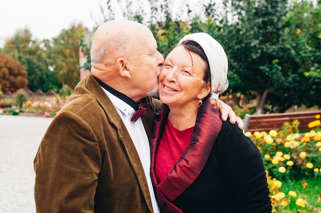 Zakochana para starszych osób, która przez całe życie razem żyła