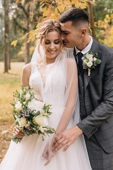 Zakochana para świętuje swój ślub w parku