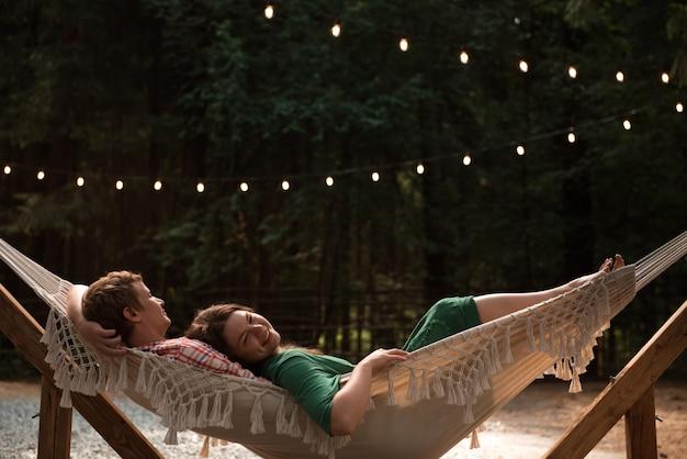 Zakochana para w hamaku w parku lub backyad
