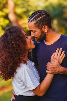 Zakochana para w parku