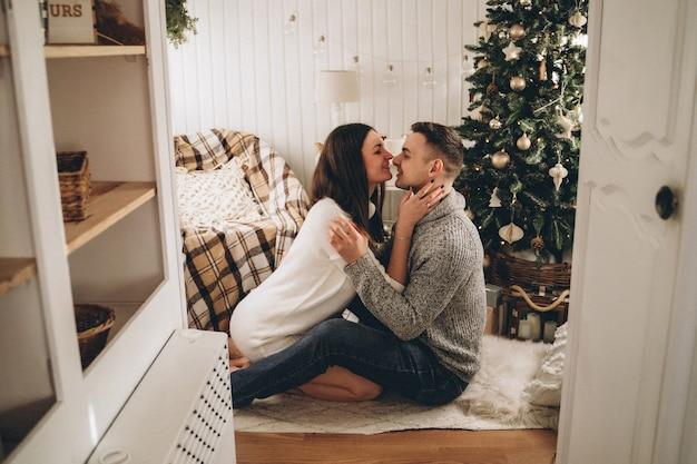 Zakochana para w przyczepie