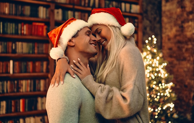 Zakochana para zakochanych czuje szczęście z powodu swojego romansu, spędzając razem boże narodzenie lub nowy rok, kobieta i mężczyzna cieszący się doskonałymi związkami i spędzający zimowe wakacje w przytulnym wnętrzu domu.