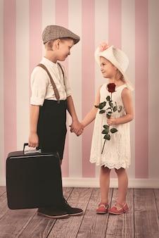 Zakochane dzieci stoją twarzą w twarz