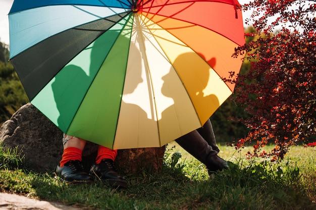 Zakochane dziewczyny pod tęczowym parasolem