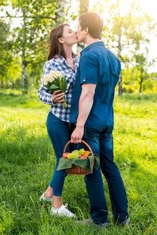 Zakochani całują się na polanie