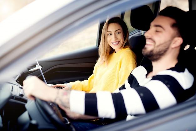 Zakochani młodzi ludzie. romantyczne chwile podczas podróży samochodem.