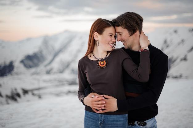Zakochani obejmujący się w wysokich górach