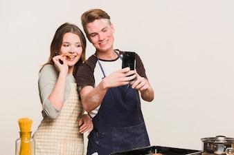 Zakochani robią zdjęcie w kuchni
