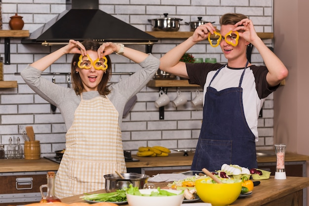 Zakochani robią śmieszne twarze w kuchni