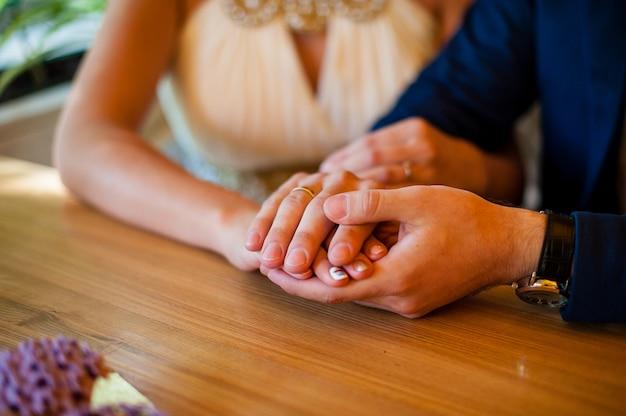 Zakochani trzymają się za ręce.