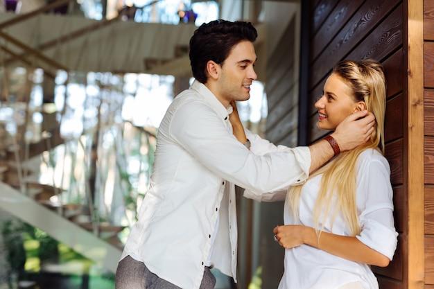 Zakochany. radosna, miła para patrząc na siebie podczas zakochania