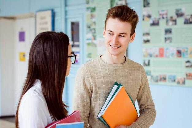 Zakochany student patrzy na dziewczynę, którą kocha i boi się otworzyć swój umysł