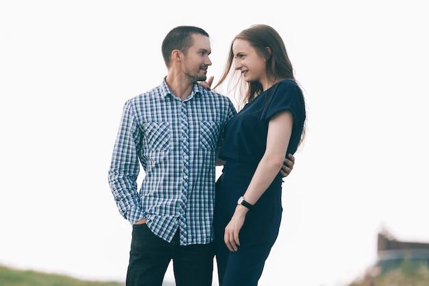 Zakochany w młodej parze stojącej na ulicy