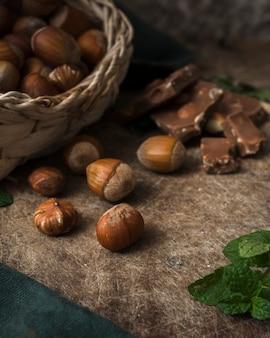 Zakończeń smakowici hazelnuts na stole