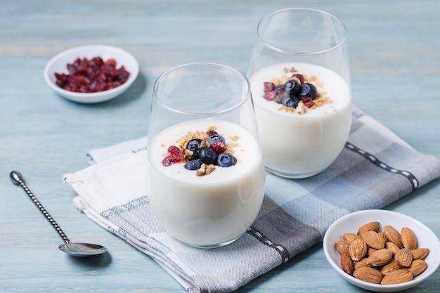 Zakończeń szkła mleko na stole
