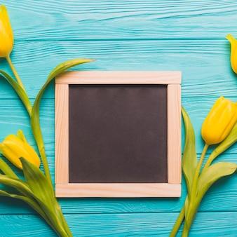 Zakończenia blackboard blisko tulipanów
